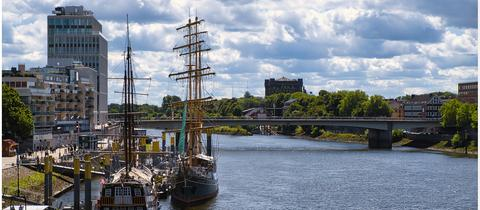Wolken über der Weser: In Bremen ankern Segelschiffe direkt in der Stadt