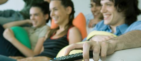 Junge Leute schauen Fernsehen
