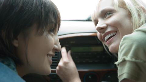 Zwei Frauen und ein Autoradio