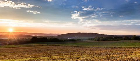 Blick auf die osthessische Landschaft im Sonnenuntergang
