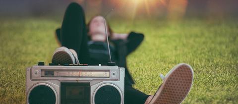 Junge Frau beim Radiohören