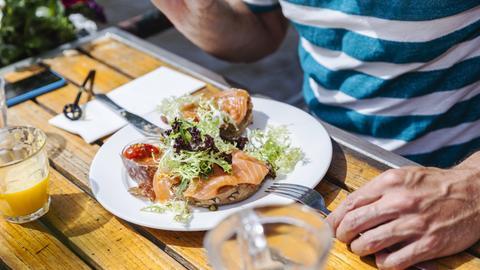 Ein Teller mit Lachs auf einem Holztisch