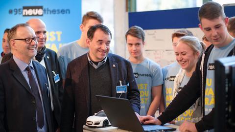 Der hessische Kultusminister R. Alexander Lorz mit hr-Intendant Manfred Krupp (li.) und Schülern der Christian-Wirth-Schule in Usingen