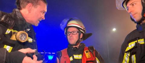 Die Feuerwehrleute Jörg Gerber, Manuel Neumann und Andy Glaw im Einsatz.