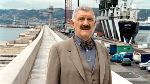 Kommissar Brinkmann (Karl-Heinz von Hassel) im Hafen von Marseille.