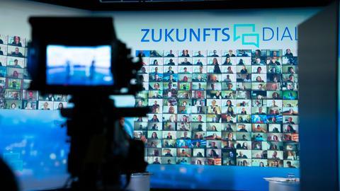 Auf einer großen Bildschirmwand ist eine Galerie von Teilnehmer*innen bei der Auftaktveranstaltung zum ARD-Zukunftsdialog zu sehen.