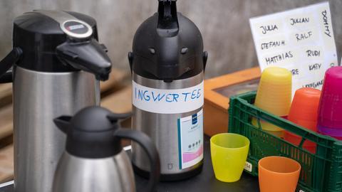 Thermos-Teekanne und Plastikbecher mit Namen beschriftet; Namensaufkleber