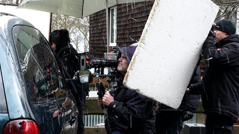 An der Kamera Kameramann Philipp Timme, Setmitarbeiter, ganze Szene voll mit Hagelniederschlag