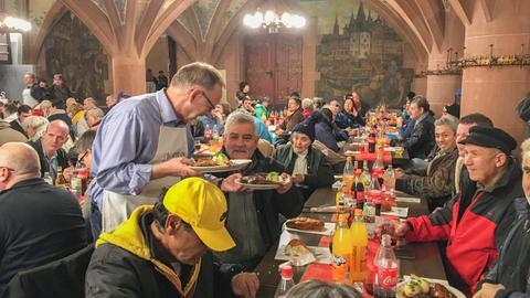 hr-Intendant Manfred Krupp serviert Weihnachtsgans im Römer.