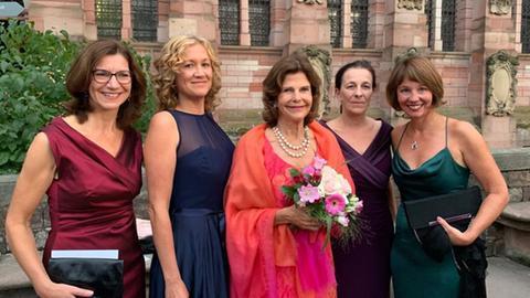 Königin Silvia von Schweden mit einigen der Preisträgerinnen des Childhood Award 2019 vor dem Schloss Heidelberg