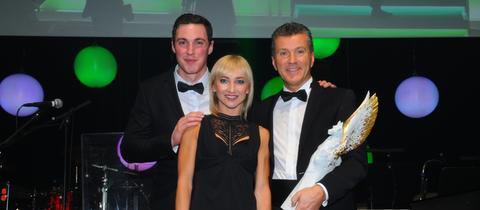 Die Eiskunstlauf-Olympiasieger Aljona Savchenko und Bruno Massot überreichten die Auszeichnung: Sportmedienpreis für hr-Reporter Daniel Weiss (rechts)