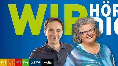"""Gunnar Töpfer und Dagmar Fulle vor blauem Hintergrund mit der Aufschrift """"Wir hören dich"""""""