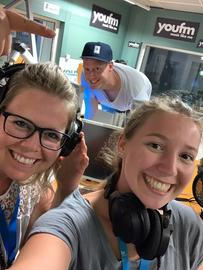 Sybille Bender (links) und Lea Sophie Deußing im YOU FM-Studio