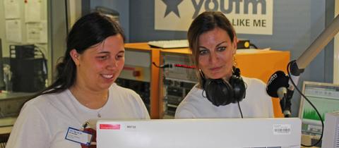Besucherin Lene Jeckel mit Moderatorin Freddie Schürheck im YOU FM-Studio