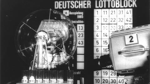 altes Lotto-Ziehungsgerät in Nahaufnahme, schwarz-weiß