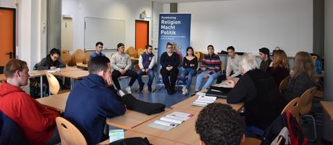 Jugendliche der Ludwig-Erhard-Schule in Frankfurt-Unterliederbach diskutieren zum Funkkolleg Religion Macht Politik