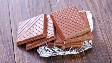 Schokolade mit Folie auf einem Holztisch