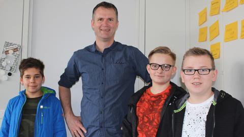 Die drei Gewinner des GNZ-Kinderquiz mit Programmchef Jan Vorderwülbecke (Zweiter von links)