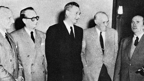 Die ARD-Gründungsintendanten (v.l.): Friedrich Bischoff (SWF), Walter Geerdes (RB), Eberhard Beckmann (HR), Rudolf von Scholtz (BR), Dr. Fritz Eberhard (SDR), Generaldir. Dr. h.c. Adolf Grimme (NWDR). Bildquelle: Deutsches Rundfunkarchiv