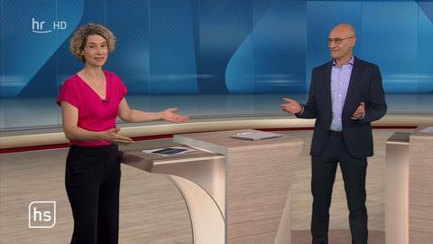 Kristin Gesang und Martin Wirsing stehen im Studio der hessenschau.