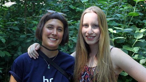 Nikola Hermann (links) und Anja Hehrlein, Gästebetreuung (Künstler)