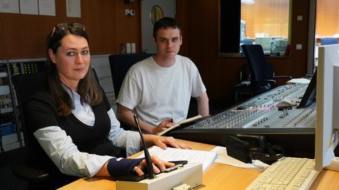 Silke Hildebrandt (Regisseurin) und  Aran Kleebaur (Regieassistent) sitzen im Technikraum des Hörspielstudios