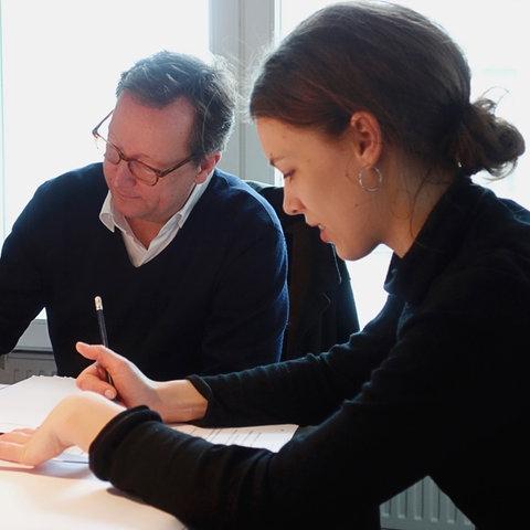 """Paula Beer (Sabeth) und Matthias Brandt (Walter) bei der Hörspielproduktion zu """"Homo faber"""""""