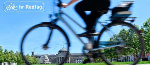 Eine Radfahrerin fährt durch Wiesbaden
