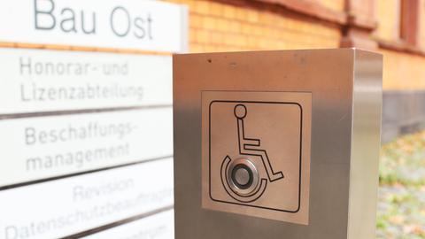 Ein Druckknopf mit Rollstuhlfahrer-Zeichen zum automatischen Öffnen der Türen