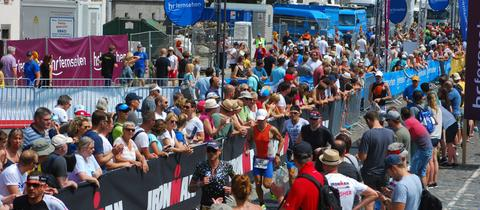 Ironman Frankfurt: Läufergasse am Nordufer des Mains mit Sportlern und Zuschauern