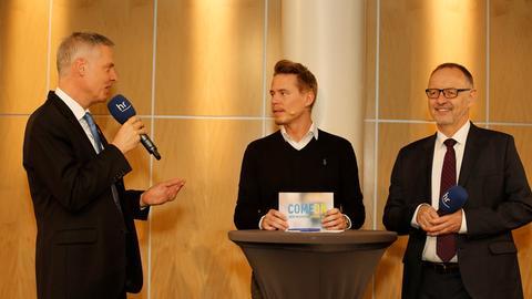 Manuel Lösel (Staatssekretär im Hessischen Kultusministerium), Timo Killer (YOUFM-Moderator) und Manfred Kurpp (Intendant des Hessischen Rundfunks) auf der Bühne