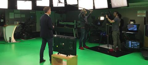 """Moderator Sebastian Kisters und das Kamerateam bei den Aufnahmen zu """"#kurzerklärt"""" im Studio"""