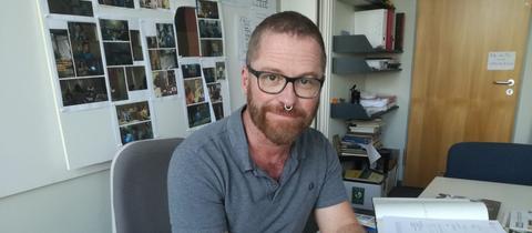 Manfred Döring am Schreibtisch