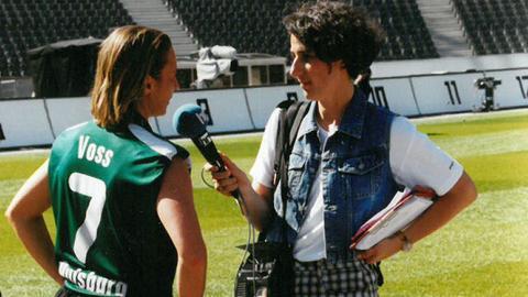 Zwei Martinas auf dem Spielfeld: Schon beim Pokalfinale 2003 interviewt die hr-Reporterin Martina Knief die damalige Fußballerin und heutige Bundestrainerin Martina Voss-Tecklenburg.
