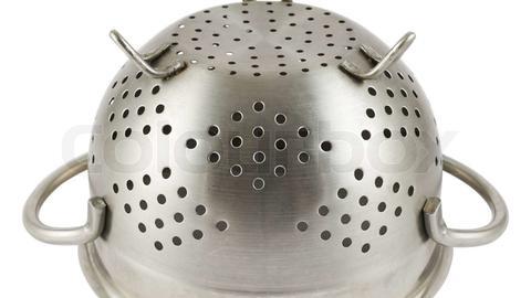 Aus einem Stahlhelm gefertigtes Nudelsieb