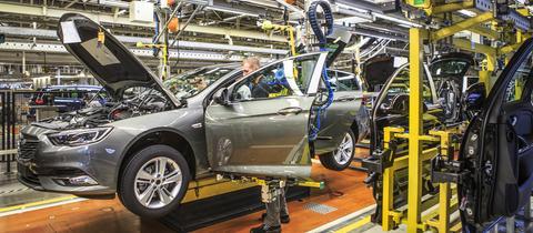 """Karosserie """"heiratet"""" Unterbau und Antriebsstrang: Endmontage im Opel-Werk"""