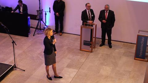 Moderatorin des Abends: Kristin Gesang. Am Rednerpult: Manfred Krupp und Landtagspräsident Norbert Kartmann.