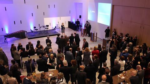 Gäste im Foyer des Hessischen Landtags