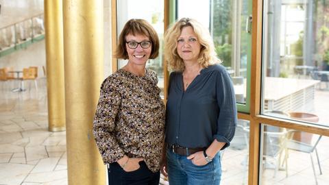 """Petra Boberg (li.) und Sabine Mieder berichten vom Projekt """"Unterricht ungenügend""""."""