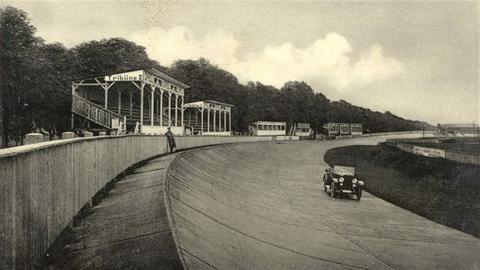 historisches Foto der Rüsselsheimer Autorennbahn aus 1920er Jahren
