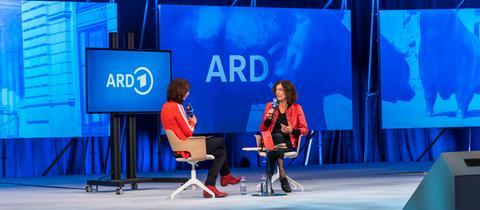 hr-Moderatorin Cécile Schortmann und die Gewinnerin des Deutschen Buchpreises 2020, Anne Weber, auf der ARD-Buchmessenbühne.