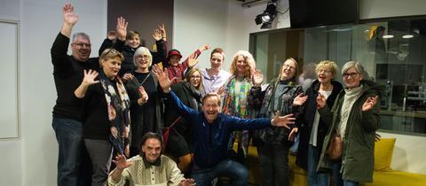 Die Gewinnerinnen und Gewinner der Onkel-Otto-Steine-Suche zusammen mit Moderator Detlef Budig im hr1-Studio.