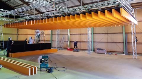In der Halle wird gerade die Balkendecke montiert.