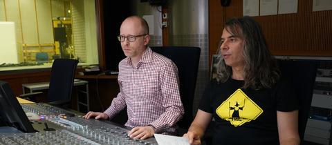 """Die Tontechniker Thomas Rombach und André Bouchareb arbeiten am Hörspiel """"Northanger Abbey"""""""