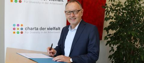 """hr-Intendant Manfred Krupp unterzeichnet beim Unterzeichnen der Urkunde t die """"Charta der Vielfalt"""""""