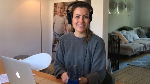 YOU FM-Moderatorin Susanka an einem Tisch sitzend