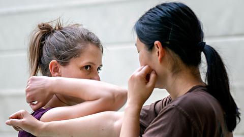 Alicia Lindhoff (links) beim Abwehren eines Schlags im Training.