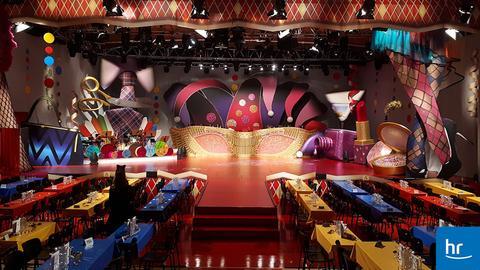 Der Sendesaal mit dem neuen Bühnenbild der Weiberfastnacht dekoriert