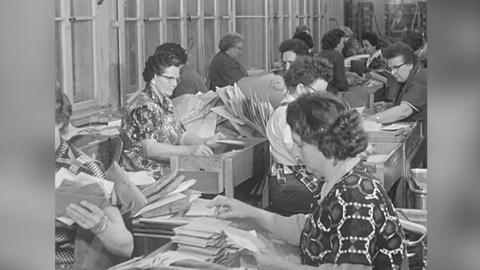 1963: Postleitzahlen erleichtern die Briefzustellung