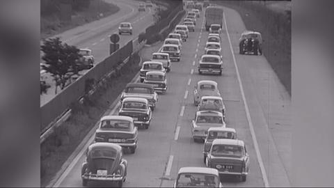 Stau auf der Autobahn. Archivmaterial aus Hessen von 1965.